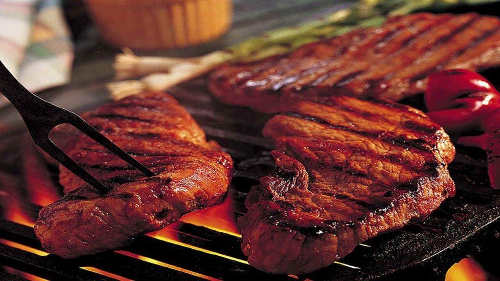 """Uz grila pagatavots ideālais steiks """"Sous Vide"""" ananāsu mērcē"""
